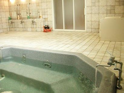 広々とした人工大理石の浴槽