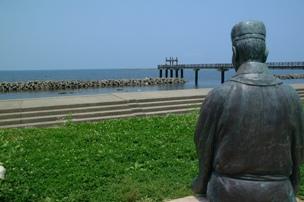 出雲崎町 『夕凪の橋』をのぞむ芭蕉像